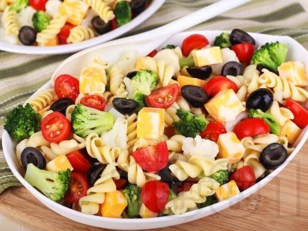 Салата с паста фузили, карфиол, броколи, чери домати, маслини, сирене гауда и дресинг от майонеза и горчица - снимка на рецептата